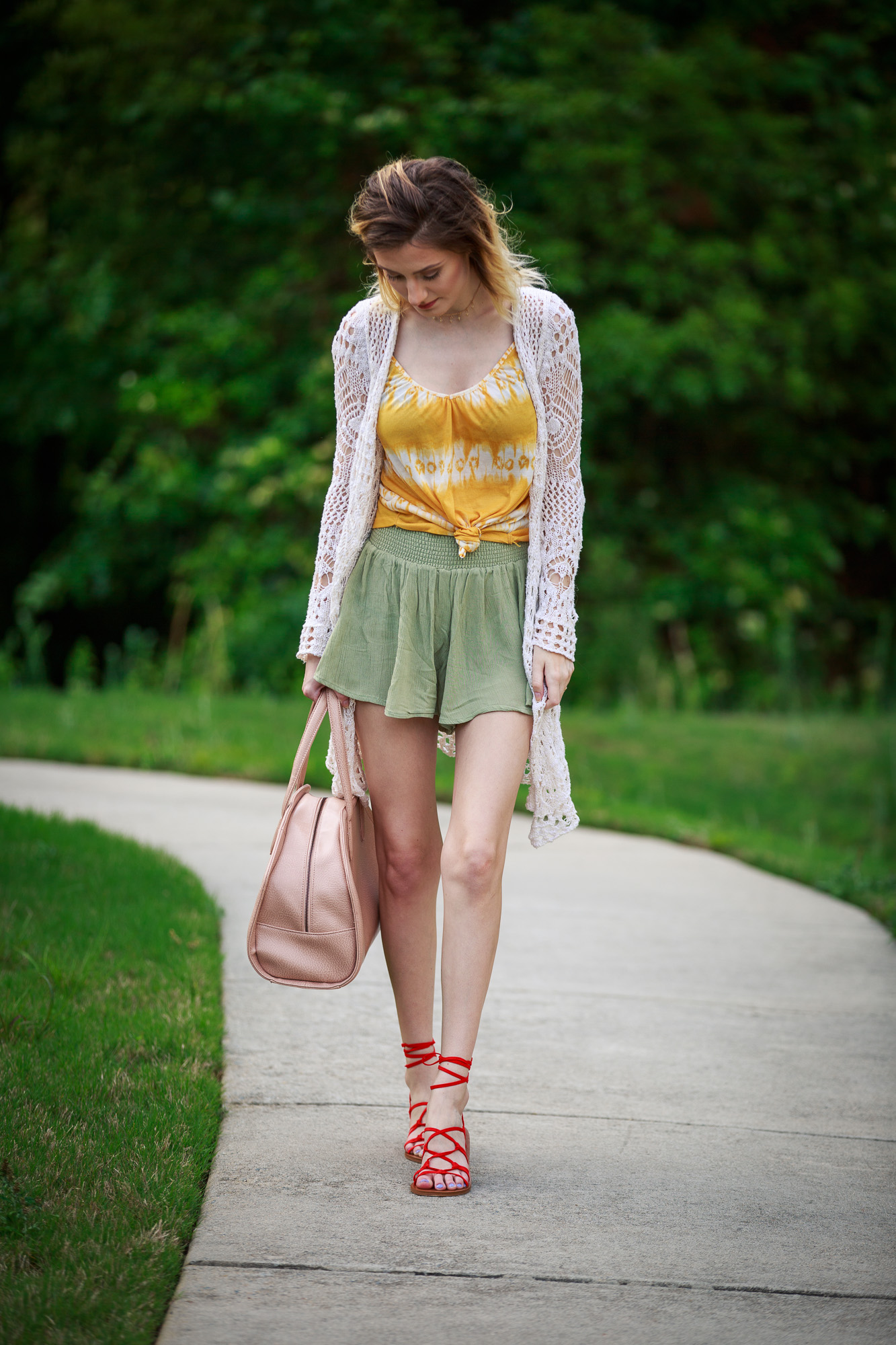 Fashion blogger Jessica Linn from Linn Style wearing Forever21 shorts an H and M tank top tied at the waist, and white knit cardigan, Forever21 scrappy sandals, and carrying a faux leather Matt and Nat purse.